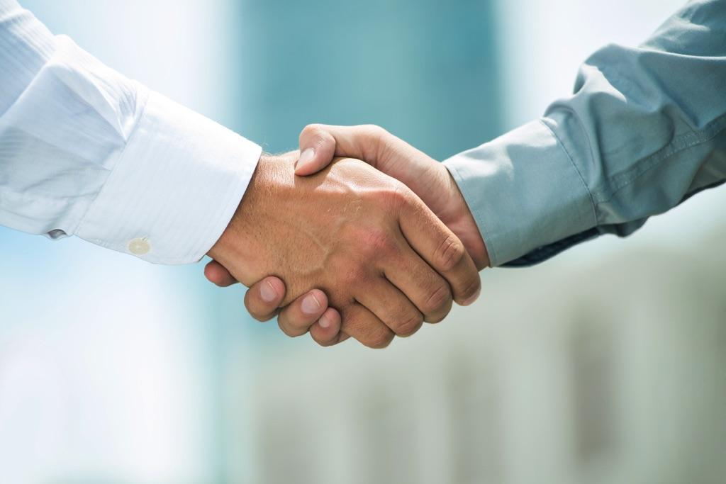 Hombres de negocios sacuden las manos