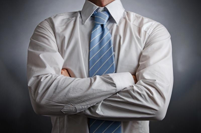 Hombre formal con los brazos cruzados