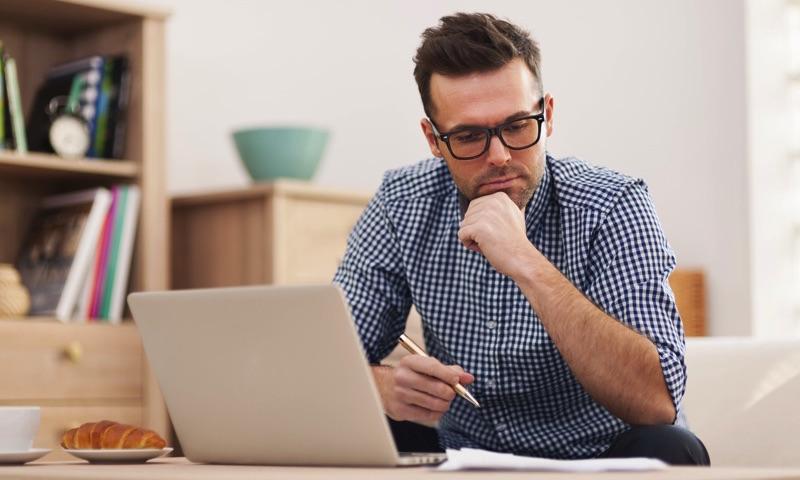 Persona con una laptop pensando