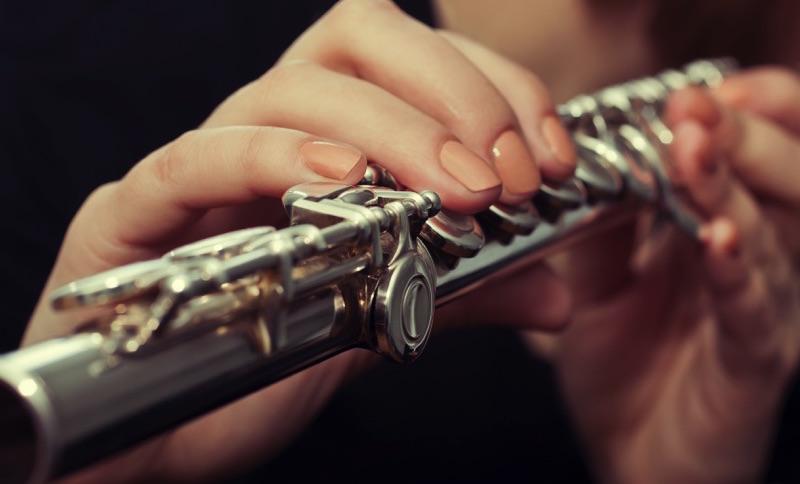 Persona tocando un instrumento
