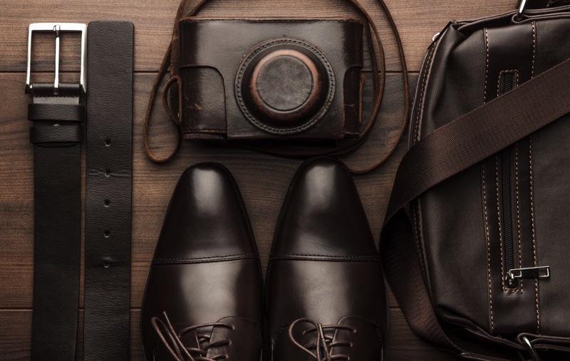 Zapatos, cámara, bolsa y cinto