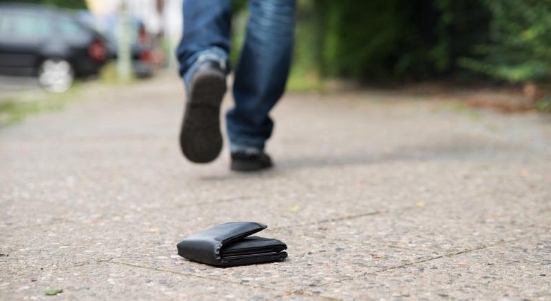 Hombre caminando, olvido su cartera
