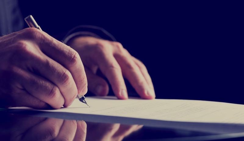 Hombre firmando un testamento