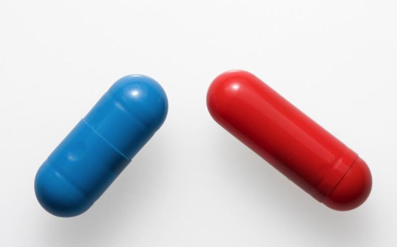 Pastilla azul y roja