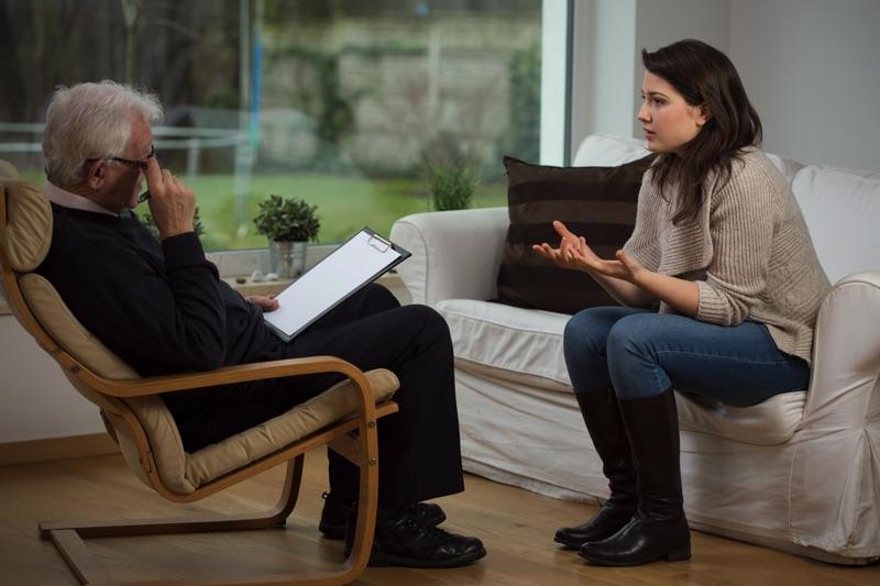 Mujer con un psicológo