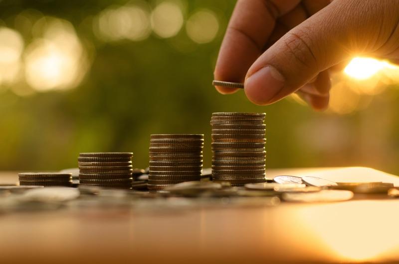 Persona ahorrando monedas