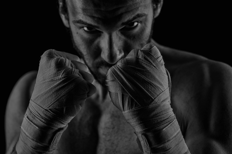 Boxeador con puños alzados