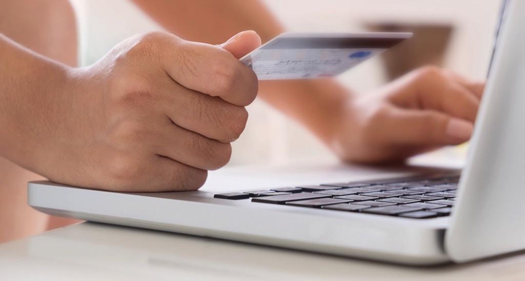 Persona apunto de hacer una compra en línea