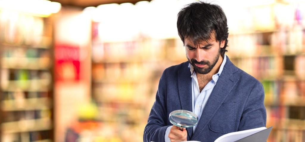 Hombre escaneando un producto para conocer el precio