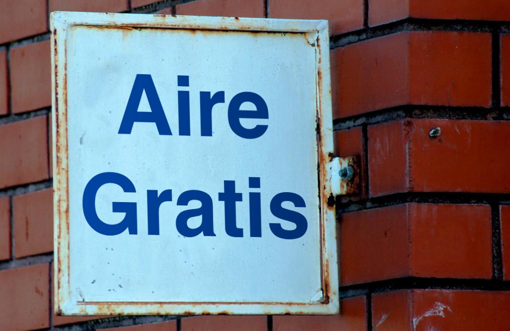 Letrero en un edificio que dice: Aire Gratis