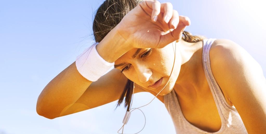 Mujer sudando después de hacer ejercicio