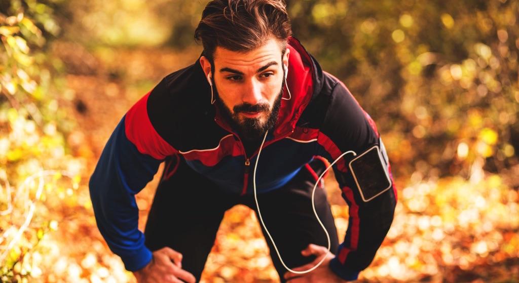 Hombre tomando un descanso después de correr