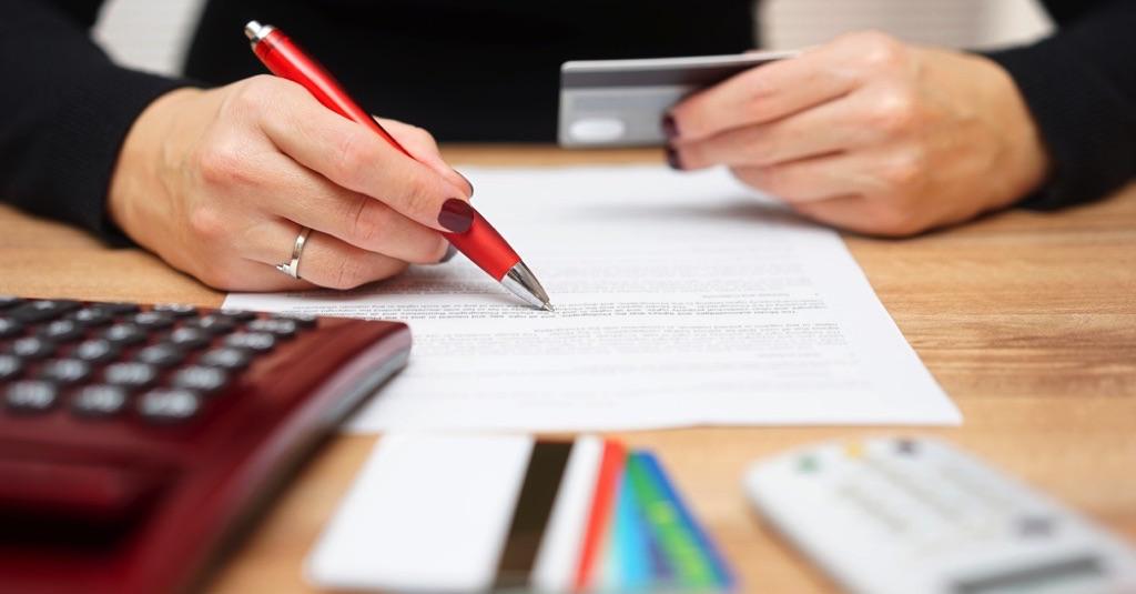 Mujer calculando sus deudas