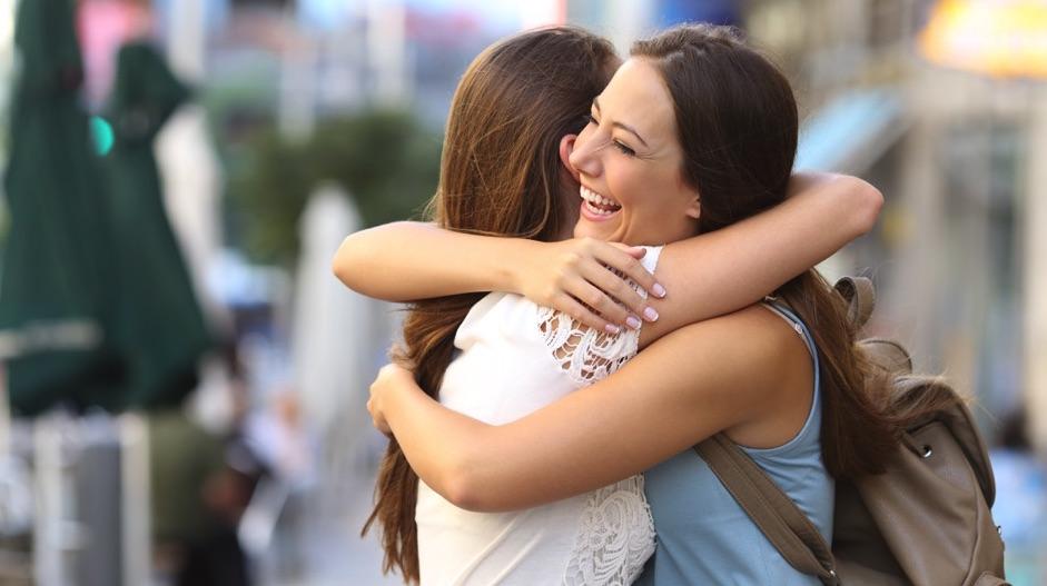 Dos amigas abrazándose