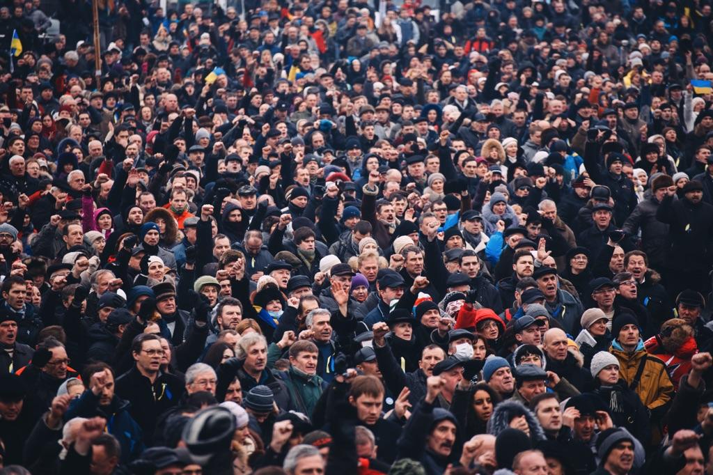 Muchas personas en una plaza