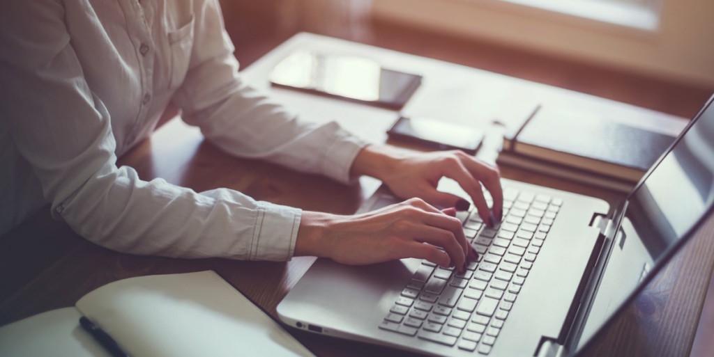 Mujer trabajando en una laptop