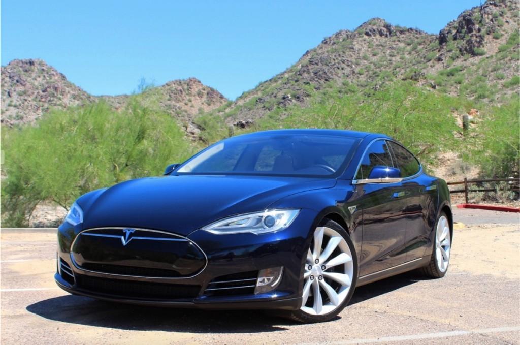 Tesla color azul en un fondo de montañas