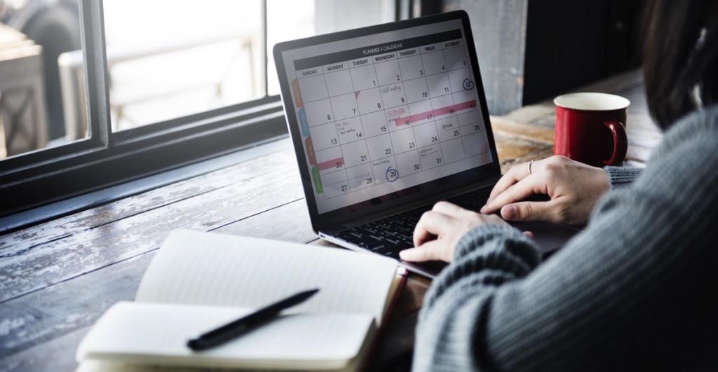 Mujer organizando su agenda en su laptop