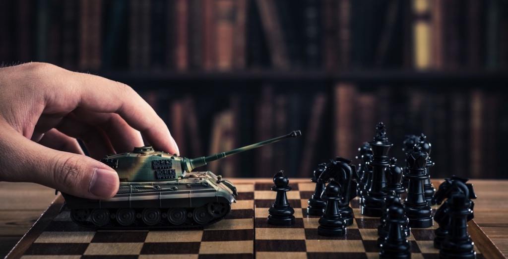 Persona jugando ajedrez
