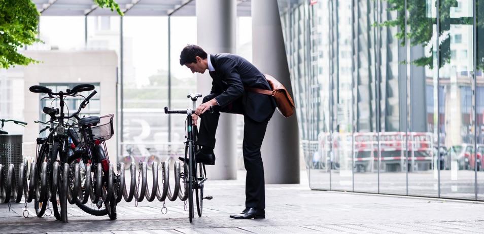 Chico subiéndose a su bicicleta