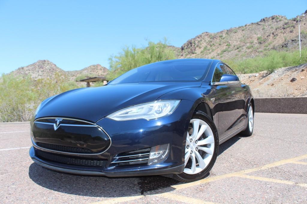 Tesla azul en un fondo de montañas