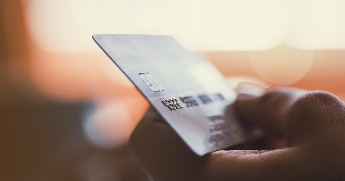 Hombre sosteniendo una tarjeta de crédito en la mano