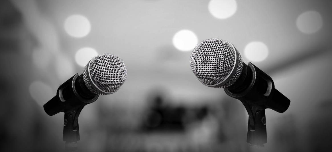 Micrófonos sobre un escenario