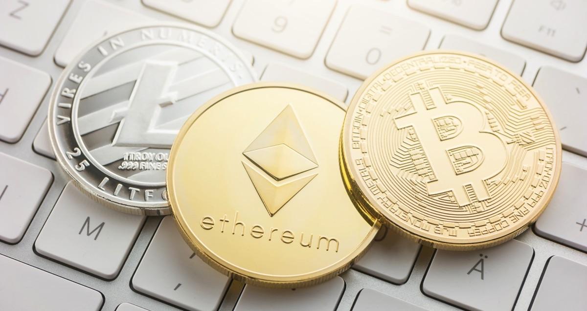 Ethereum y bitcoin sobre el teclado de una computadora