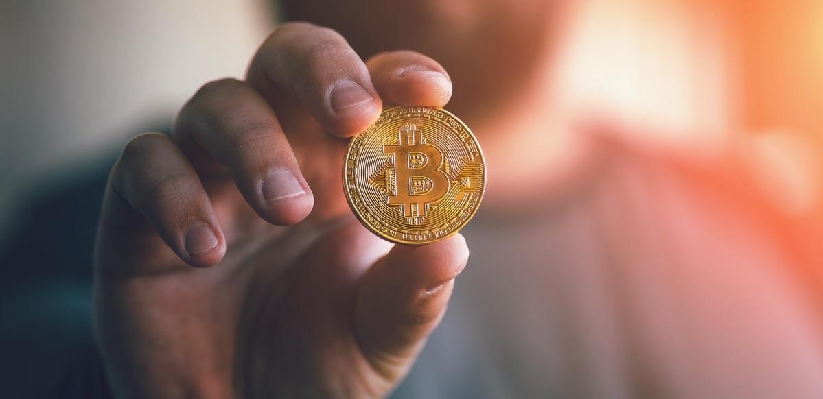 Persona agarrando una bitcoin