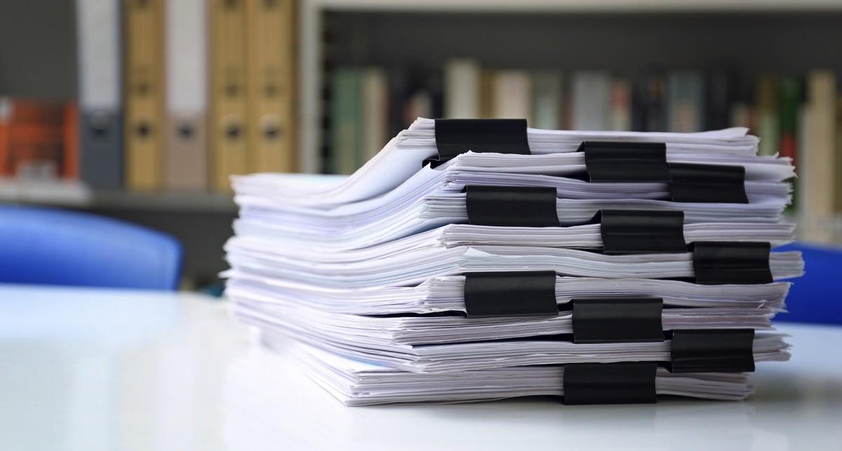 Oficina con muchos documentos en el escritorio