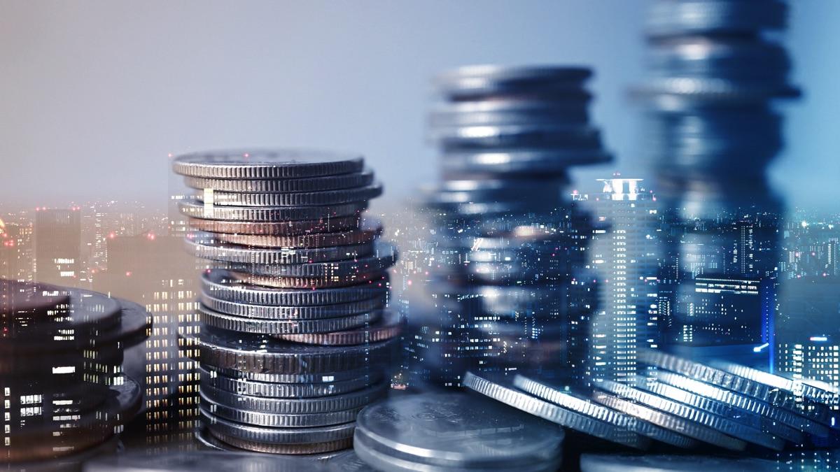 Torre de monedas con fondo de edificios