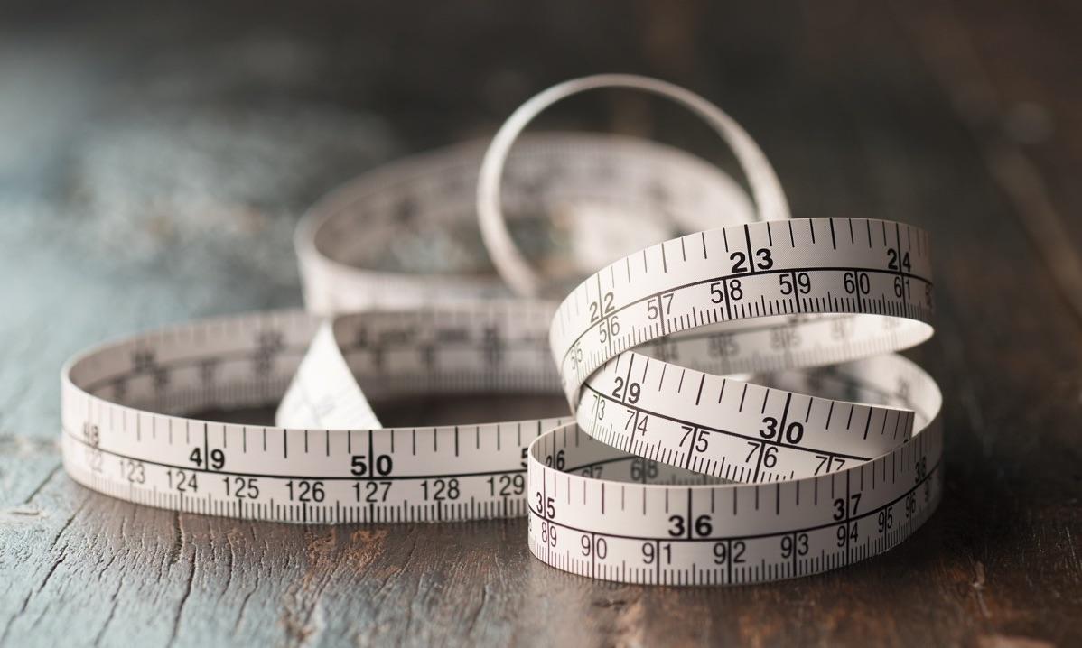 Cinta blanca para medir sobre escritorio