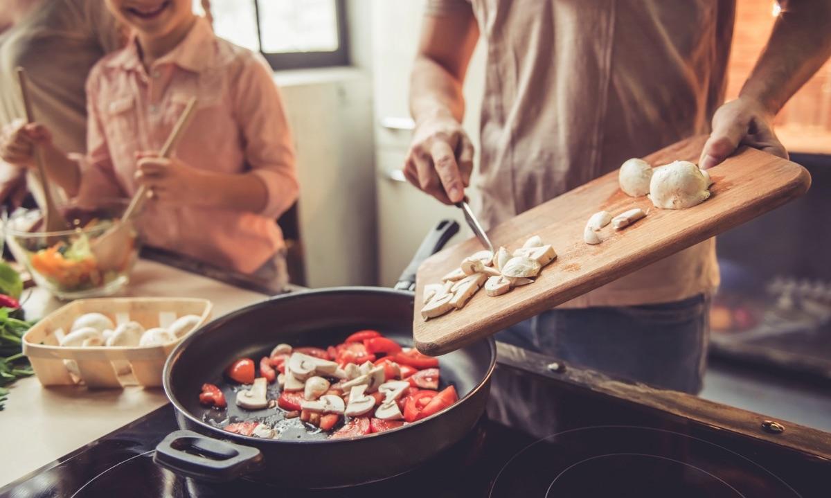 Familia feliz cocinando una comida