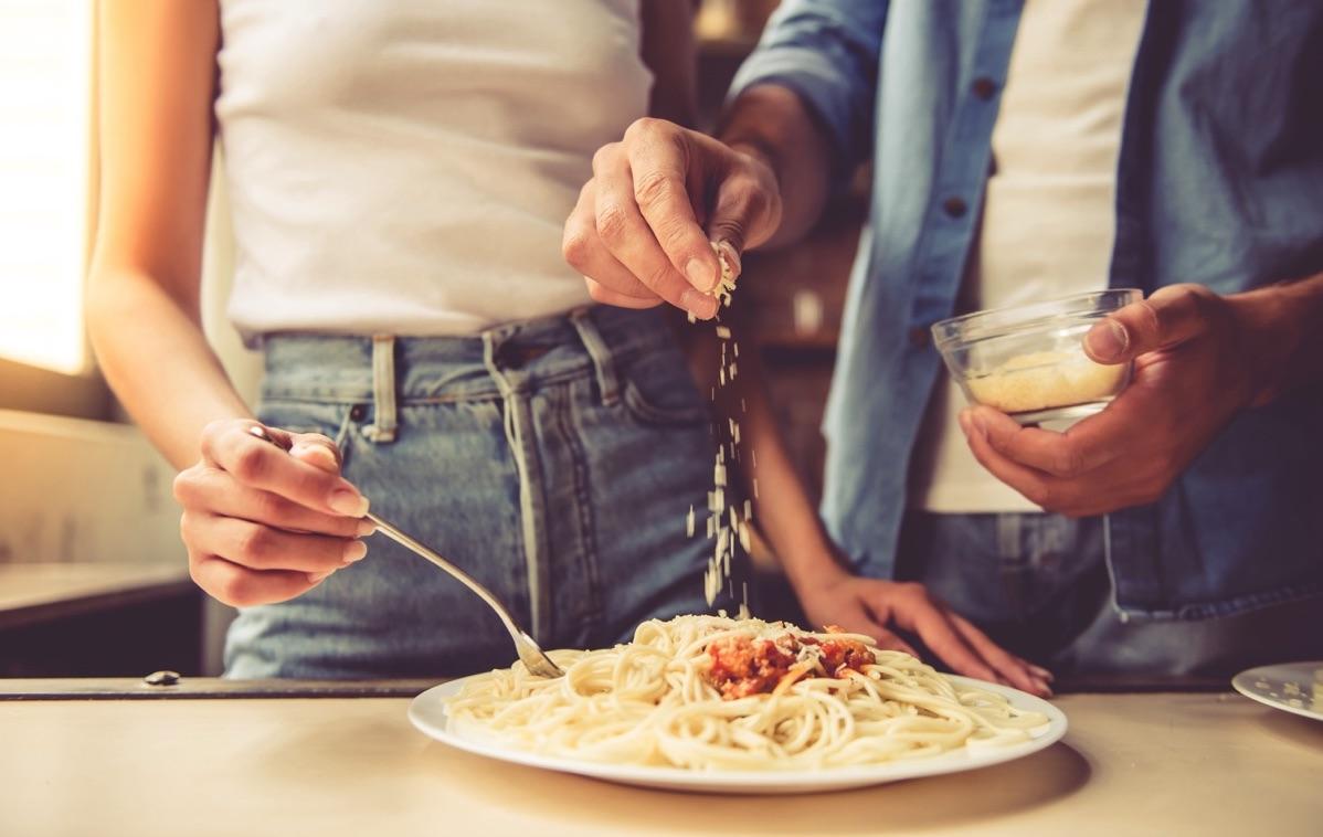 Pareja cocinando una cena romántica