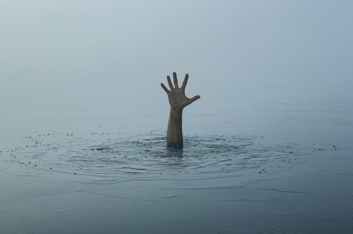 Persona ahogándose en el océano