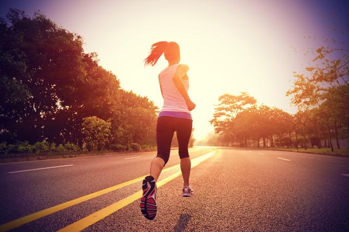 Mujer con ropa deportiva corriendo en la calle