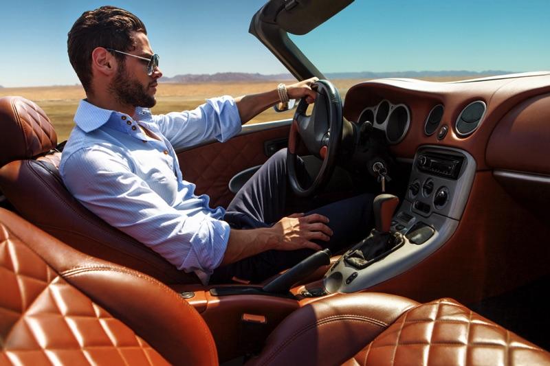 Hombre dentro de un auto lujoso