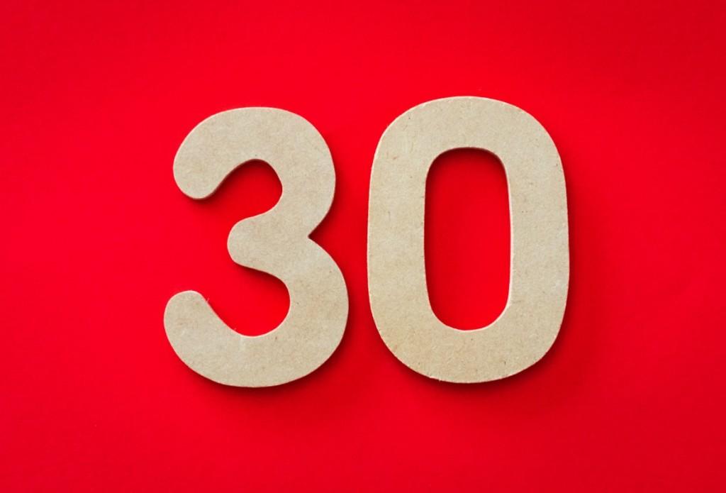 Número 30 sobre un fondo rojo